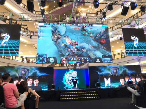 Live audience spectates Lotac playing HG int he Dota 2 Predator League grand finals.