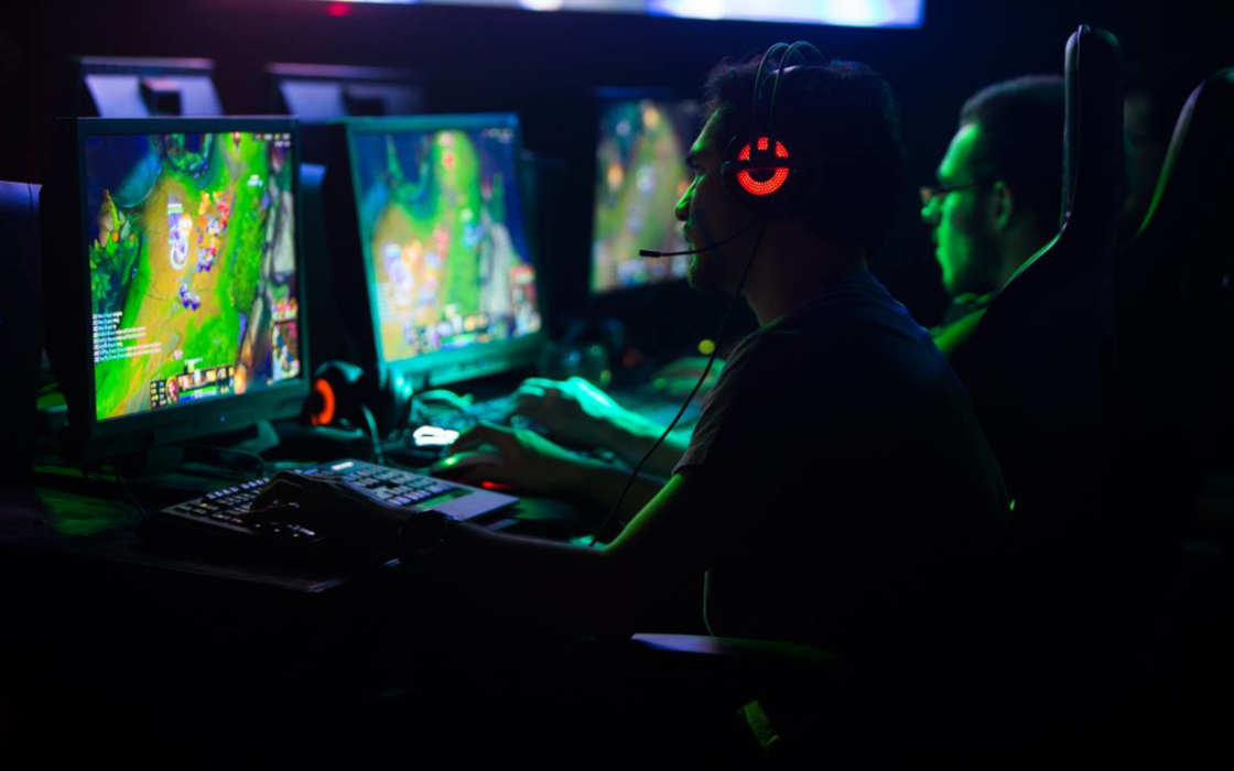Esports enthusiats playing at an internet café .