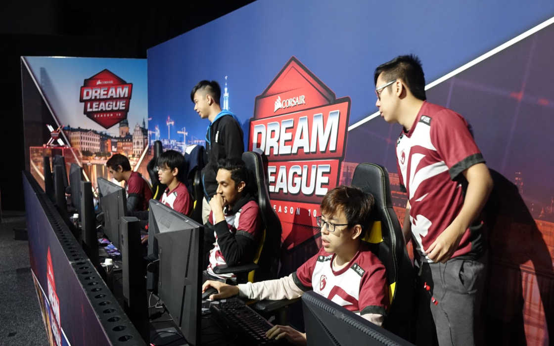 Tigers' Dota 2 team the day before the finals of the DreamLeague 10.